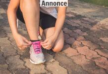 Kvinde snørrer løbesko